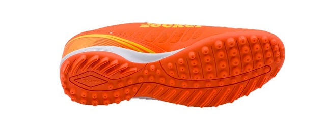 Nên chọn giày đá bóng sân cỏ nhân tạo TF hay AG